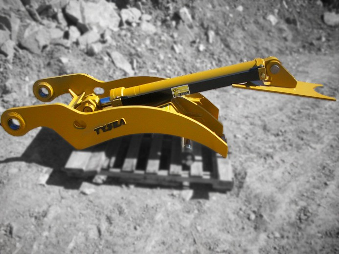 Heavy duty excavator direct link thumb mnaufactured by Tysea Mfg.  Hydraulic cylinders manufactured in house by Tysea.