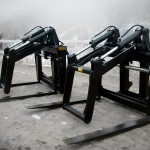 Heavy duty black wheel loader mat grapple manufacture by Tysea mfg inc for the matting and oilfield industry